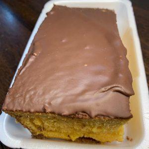 Bolo de Cenoura com Cobertura de Chocolate.